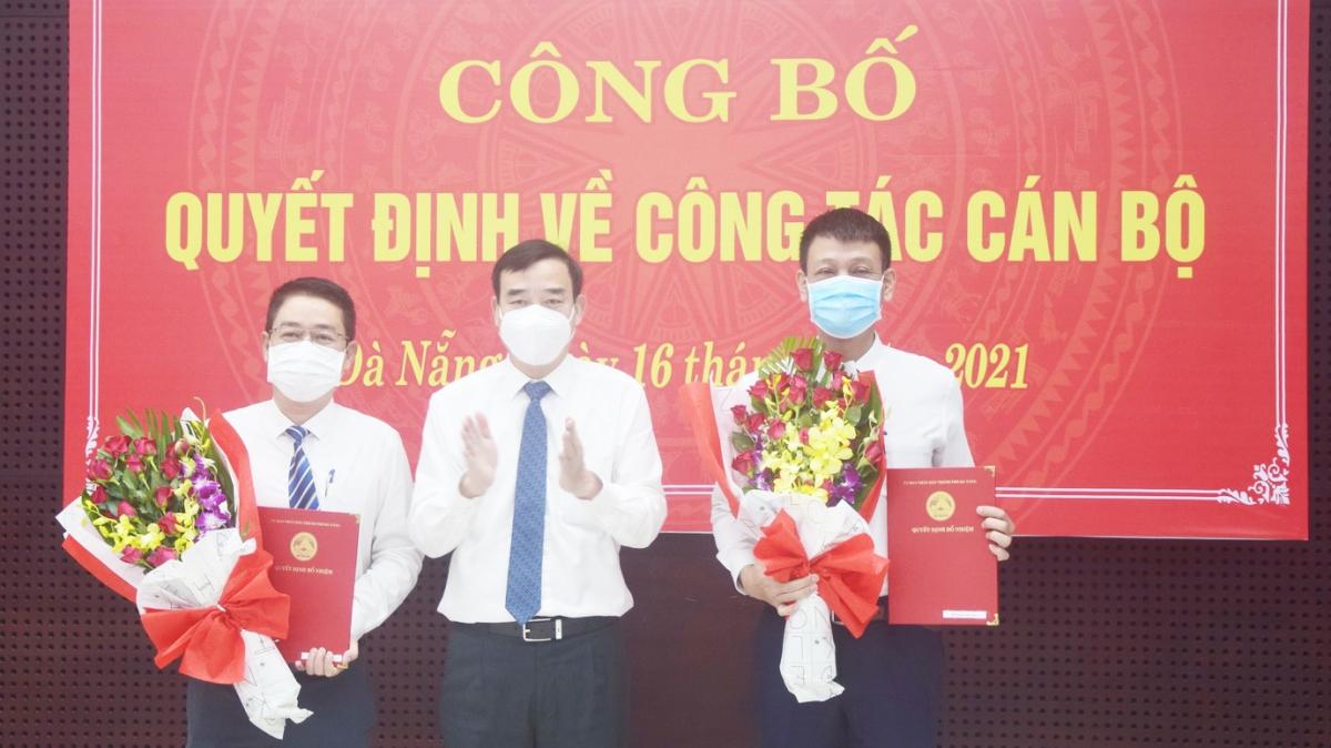Ông Lê Trung Chinh, Chủ tịch UBND thành phố Đà Nẵng trao Quyết định điều động, bổ nhiệm cán bộ đối với ông Nguyễn Hà Bắc và ông Nguyễn Hà Nam (bên phải).