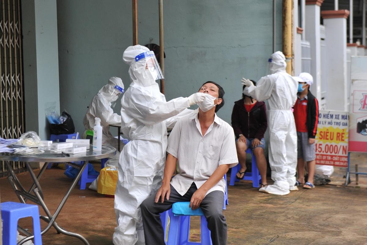 Nhân viên y tế đang lấy mẫu xét nghiệm nhanh COVID -19 cho người dân tại phường An Lạc, thị xã Buôn Hồ