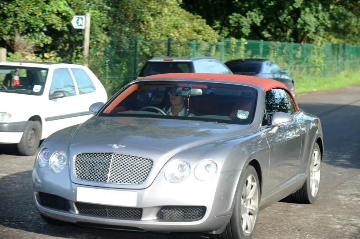 Đây không phải là chiếc Bentley đầu tiên trong garage của Rondaldo khi vào năm 2008 cũng trong màu áo Man Utd, anh cũng từng mua mẫu Bentley Continental GT Speed trị giá 140.000 bảng (192.000 USD), sau khi chuyển sang Real Madrid vào năm 2009, chiếc xe này được anh rao bán.