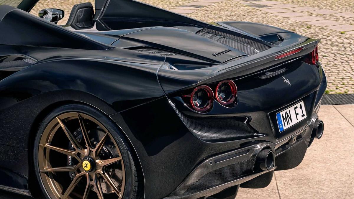 Ngoại thất của xe cũng được nâng cấp với nhiều chi tiết mới được làm bằng sợi carbon như ốp hông, ốp cản trước, hốc gió, cánh lướt gió,... Gương xe được độ lại với bộ gương lấy cảm hứng từ mẫu xe đua Ferrari 488 GTE Evo.