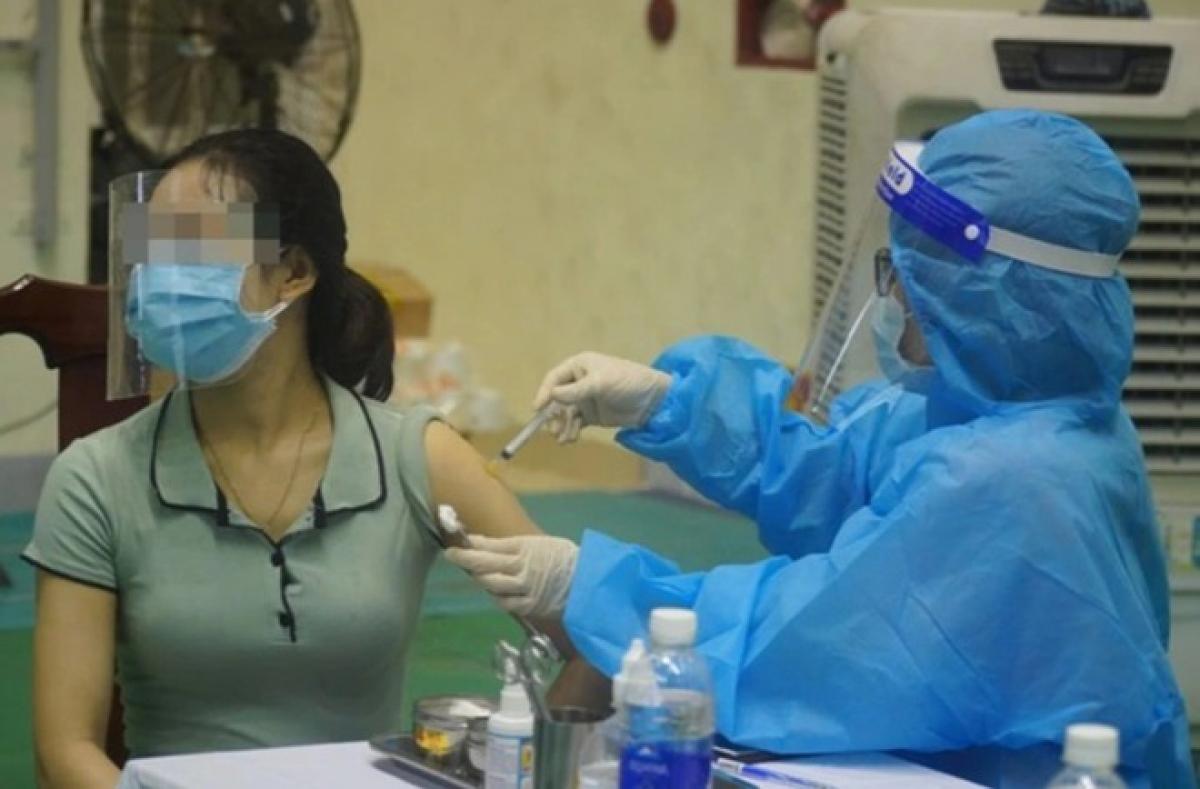 Cơ quan y tế tại Quảng Bình triển khai tiêm vaccine phòng COVID-19.