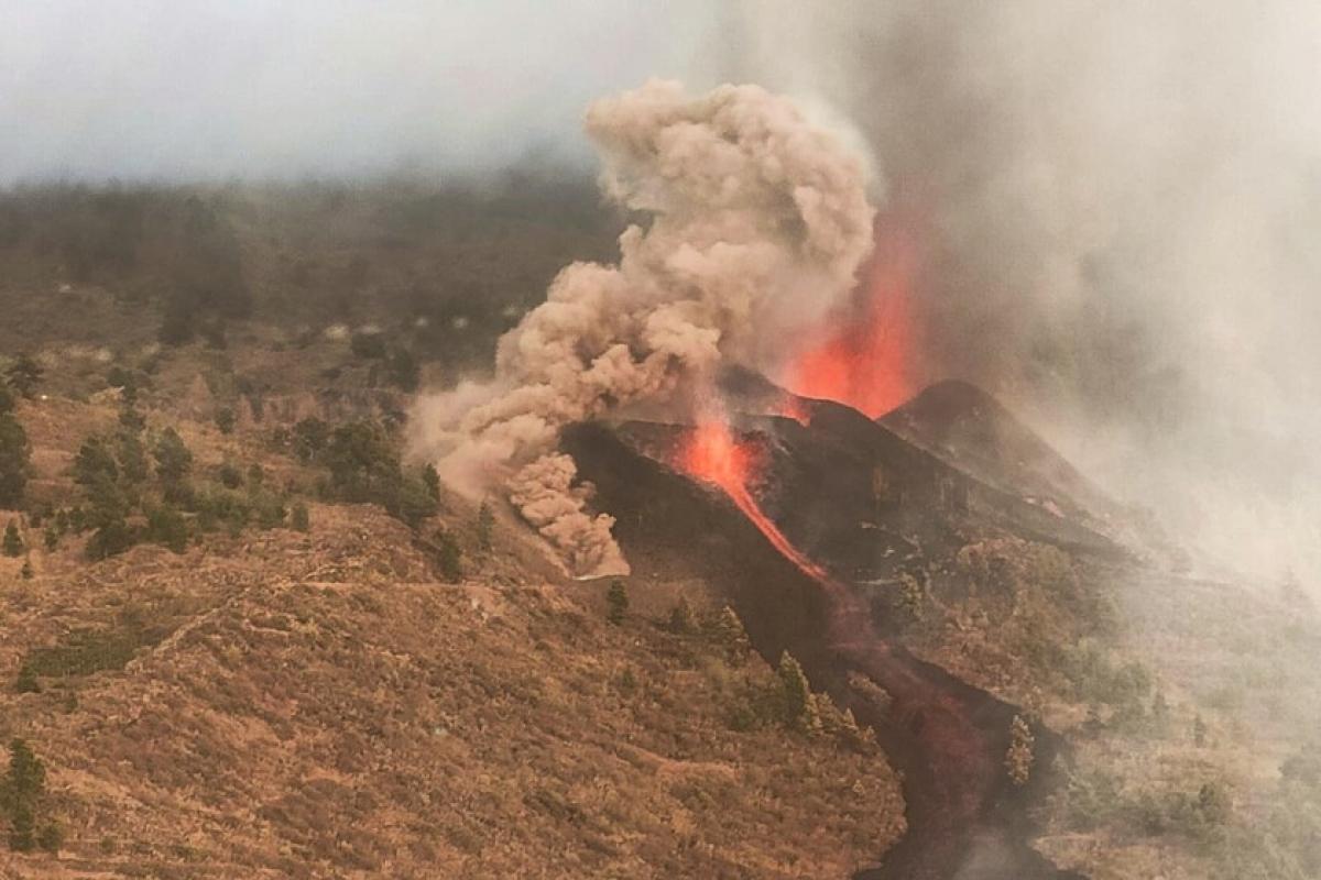 Núi lửa Tây Ban Nha thức giấc sau 50 năm, 1.300 dân phải sơ tán. Ảnh: Then News 24