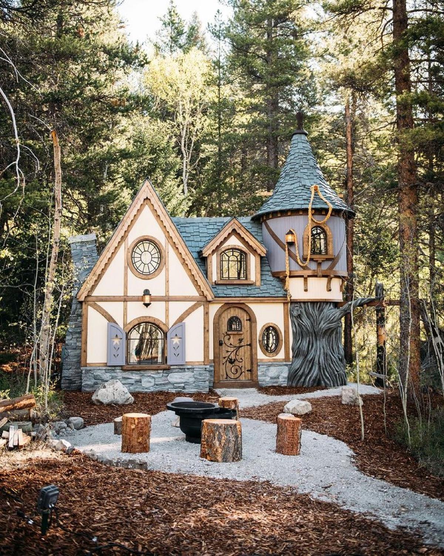 Tọa lạc ở Blairmore, Alberta, Canada, khu nghỉ mát cổ tích hiện có bốn ngôi nhà cho thuê, với giá từ 285 USD đến 330 USD một đêm.