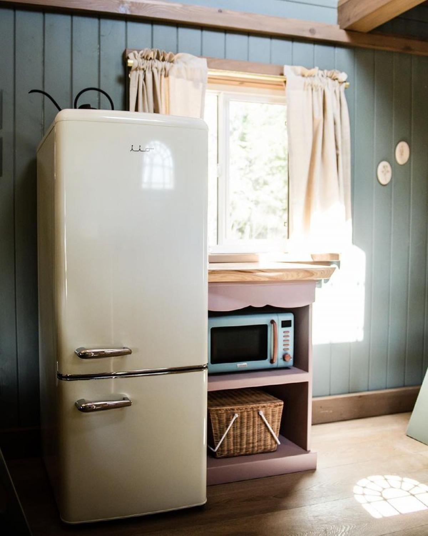 Tuy nhiên, cũng có những đồ hiện đại như tủ lạnh hay lò vi sóng để phục vụ nhu cầu của khách.
