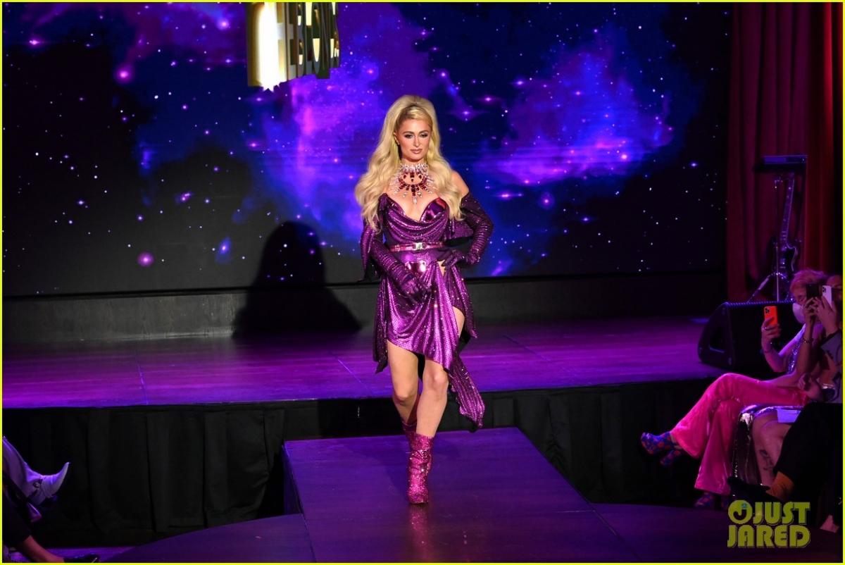 Paris Hilton thần thái sang chảnh, thả dáng thon trên sàn catwalk.