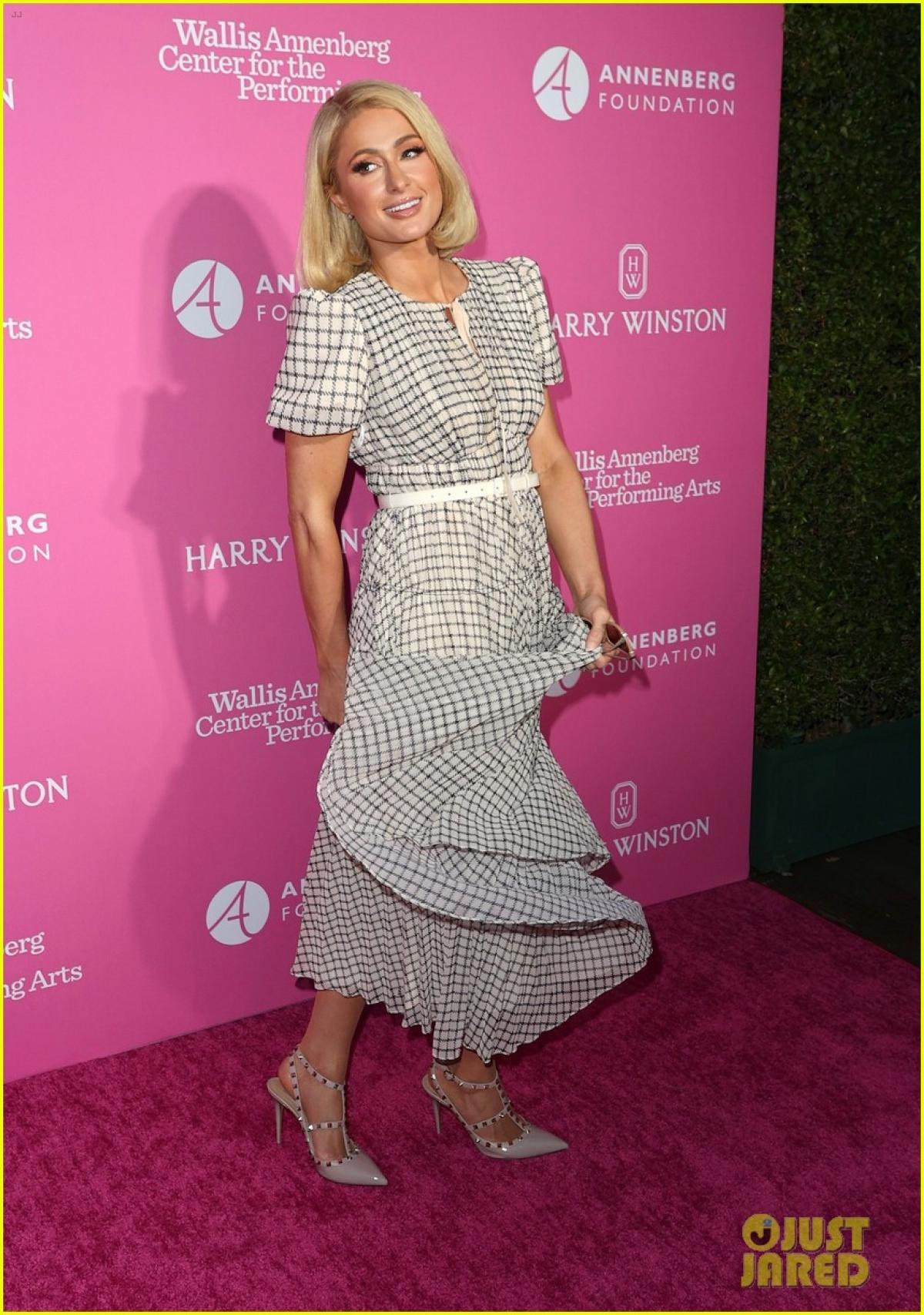 """Paris Hilton """"đốn tim"""" fans bởi vẻ ngoài xinh đẹp, cuốn hút."""