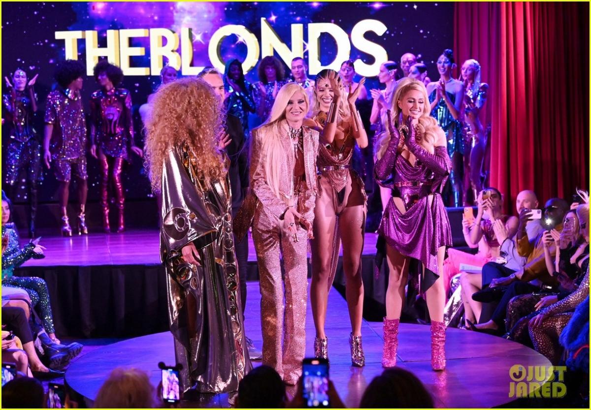 """Paris Hilton trở thành """"tâm điểm"""" của sự chú ý khi xuất hiện trong show diễn thời trang của The Blonds mới đây."""