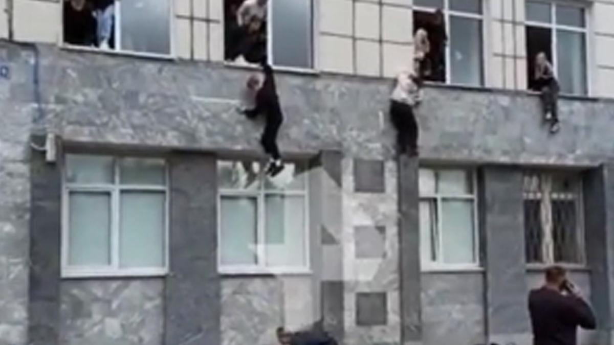 Nhiều sinh viên đã phải nhảy từ tầng 2 xuống để cố gắng thoát thân khỏi tay súng. Ảnh: TASS