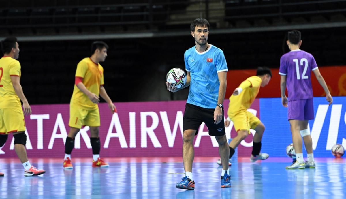 HLV Phạm Minh Giang rèn kỹ bài phòng ngự và các tình huống cố định cho ĐT Futsal Việt Nam. (Ảnh: VFF)