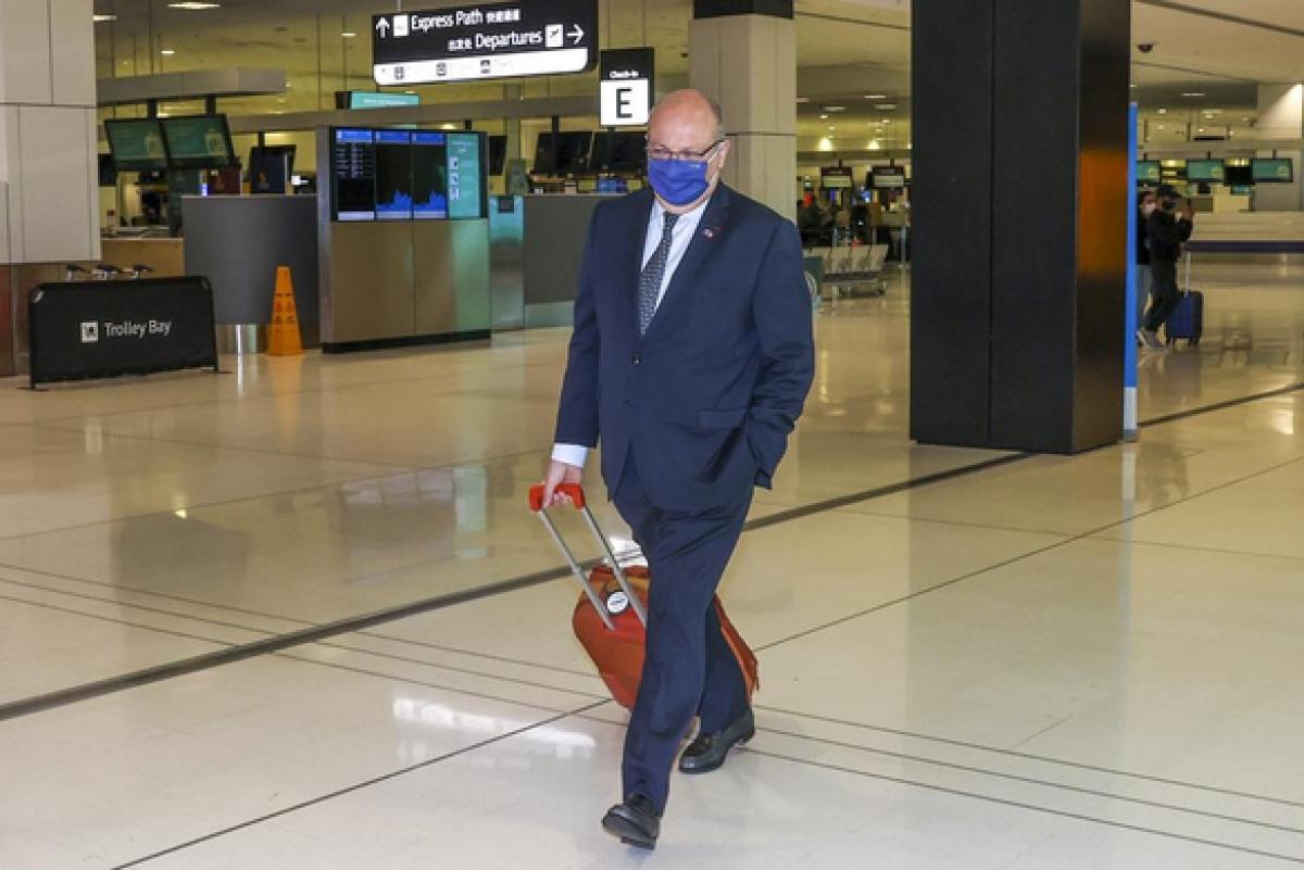 Đại sứ Jean-Pierre Thebault kéo vali đến sân bay Sydney để rời Australia ngày 18/9. Ảnh: AP