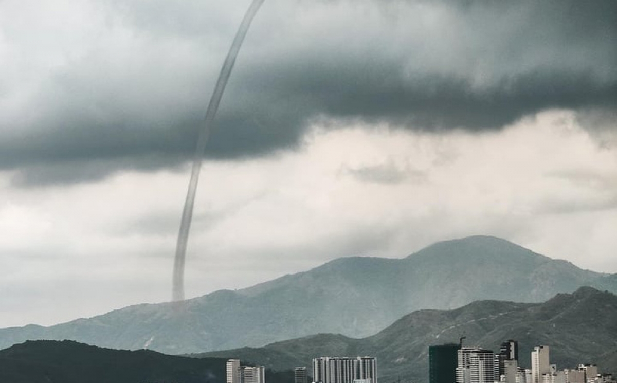 One of three tornadic waterspouts appears on the sea off Nha Trang on Sept. 7. (Photo: soha.vn)