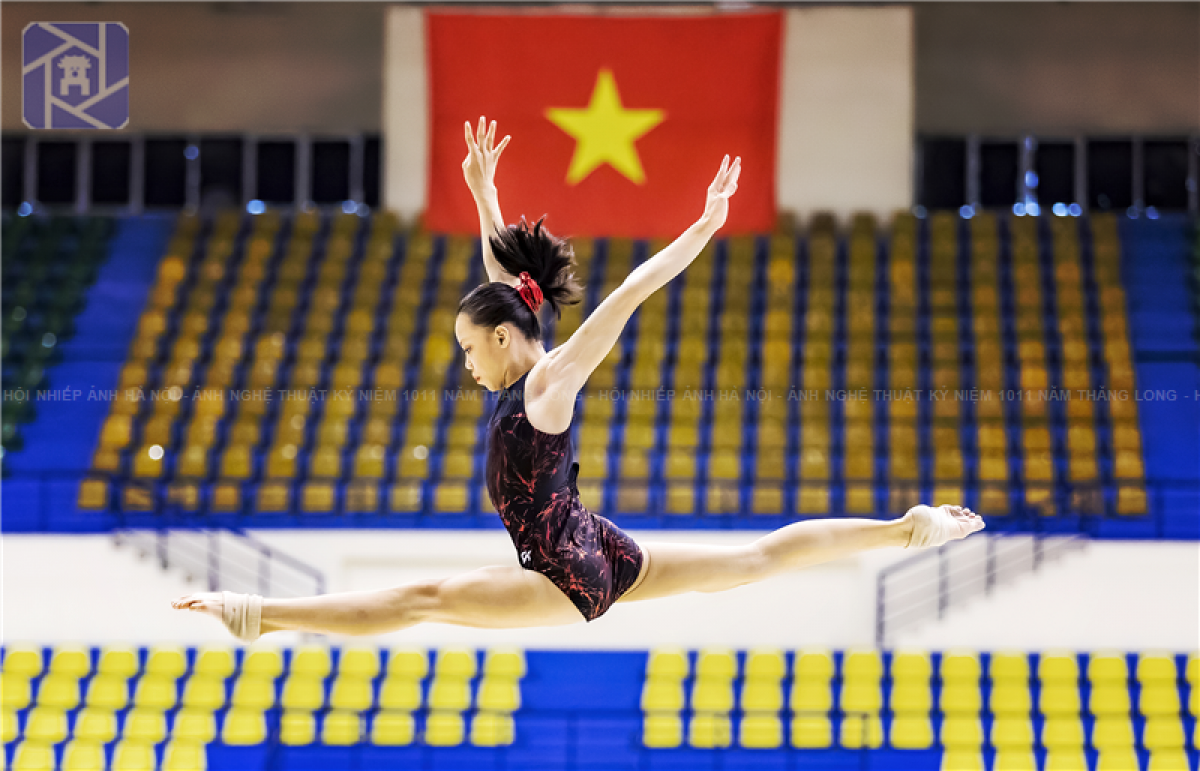 A photo showing a Vietnamese athlete practicing gymnastics wins third prize.