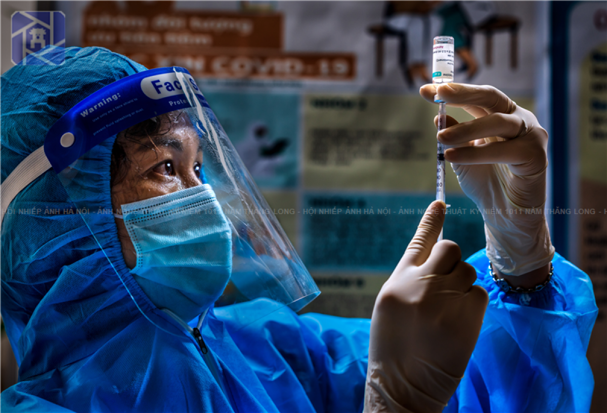 A healthcare worker preparing to inject a COVID-19 vaccine obtains third prize.