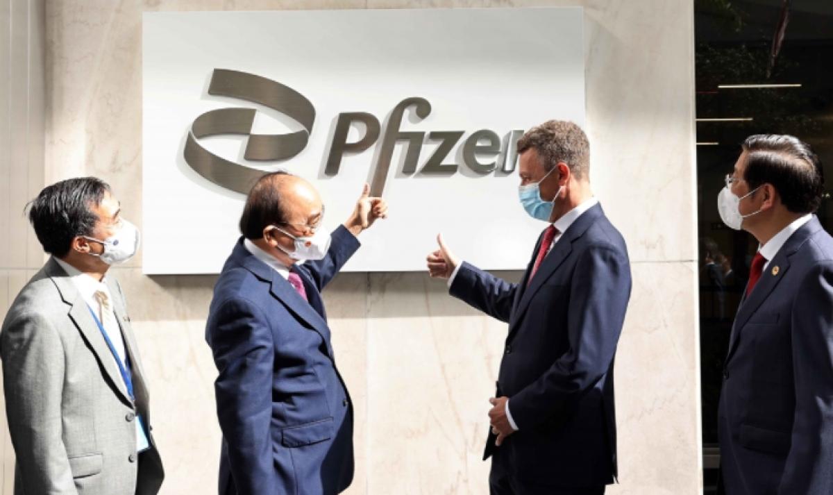 State President Nguyen Xuan Phuc visits Pfizer on September 23. (Photo: VNA)