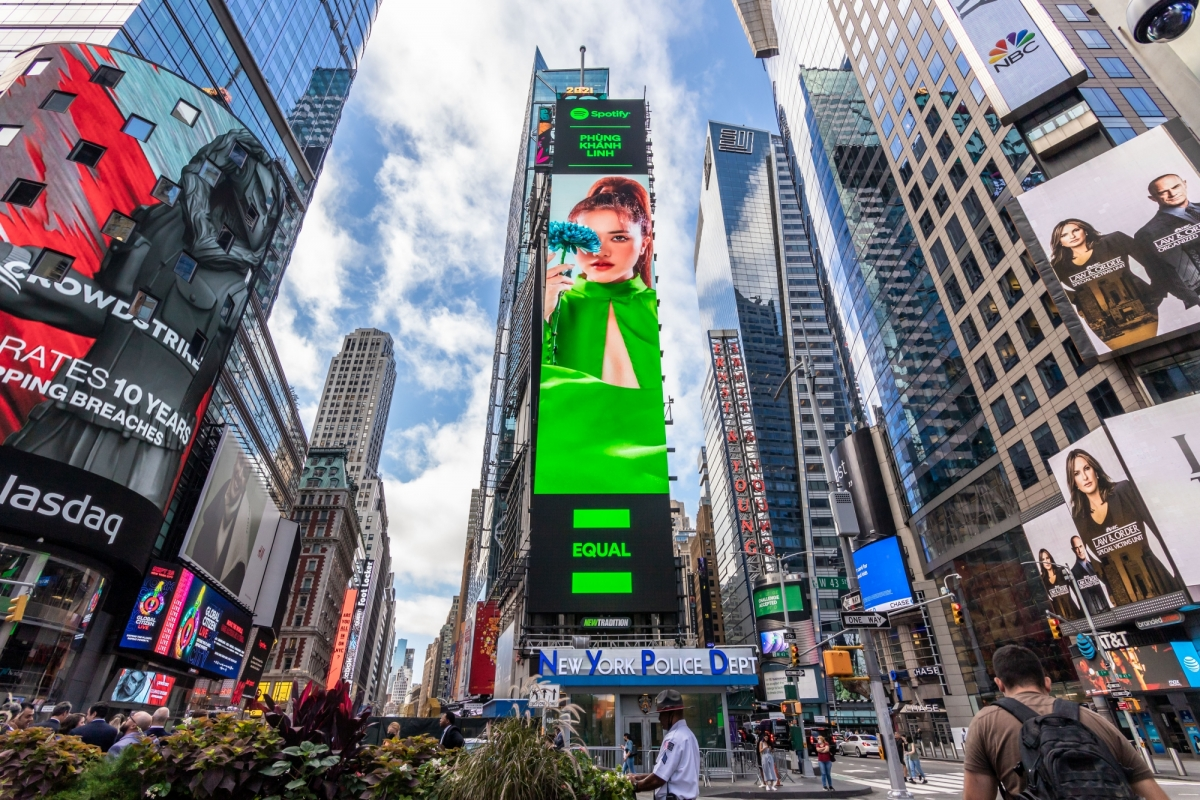 Hình ảnh Phùng Khánh Linh tạitrung tâm Quảng trường Thời Đại (New York, Mỹ).