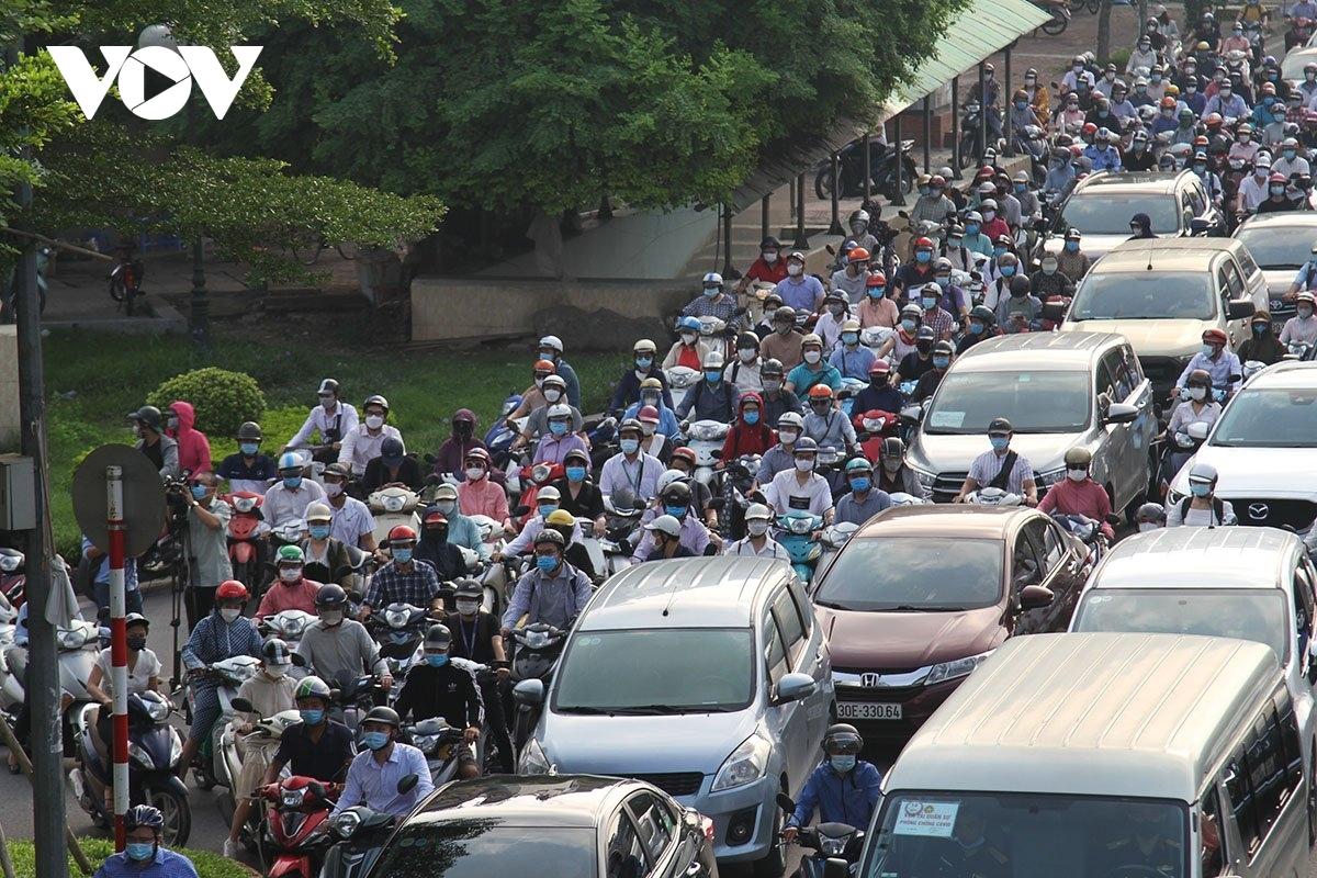 Người dân ra đường đông ngày đầu giãn cách.