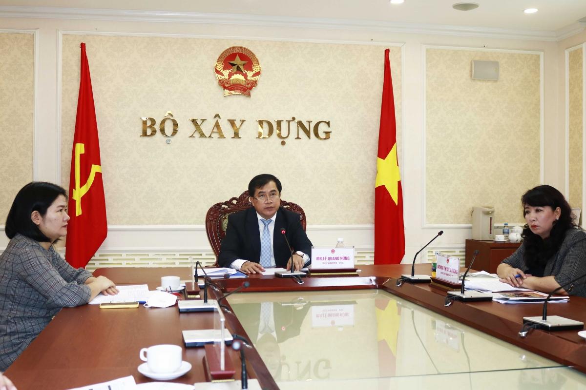 Thứ trưởng Bộ Xây dựng Lê Quang Hùng và các quan chức Bộ Xây dựng tham dự diễn đàn trực tuyến từ Văn phòng Bộ Xây dựng. (Ảnh: Bộ Xây dựng)