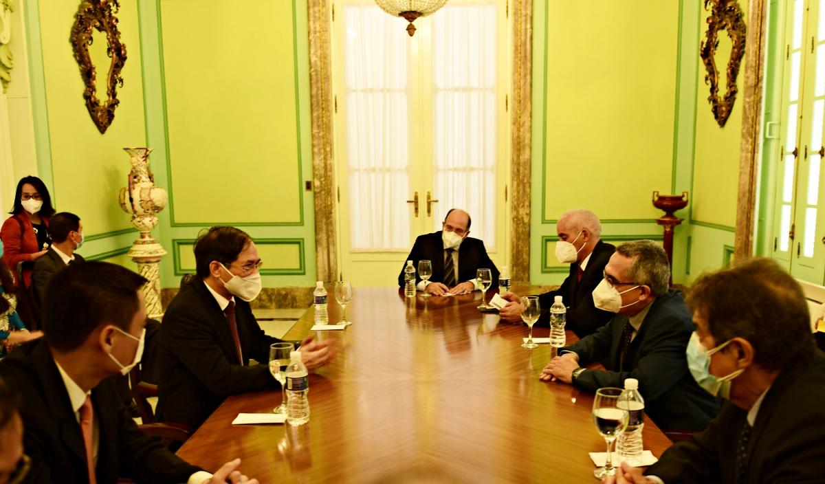 Bộ trưởng Ngoại giao Bùi Thanh Sơn đã có cuộc gặp song phương với Quyền Bộ trưởng Ngoại giao Cuba Marcelino Medina. Cùng dự có Thứ trưởng Ngoại giao Đặng Hoàng Giang, Thứ trưởng Ngoại giao Gerardo Penalver và một số cán bộ của hai Bộ Ngoại giao.