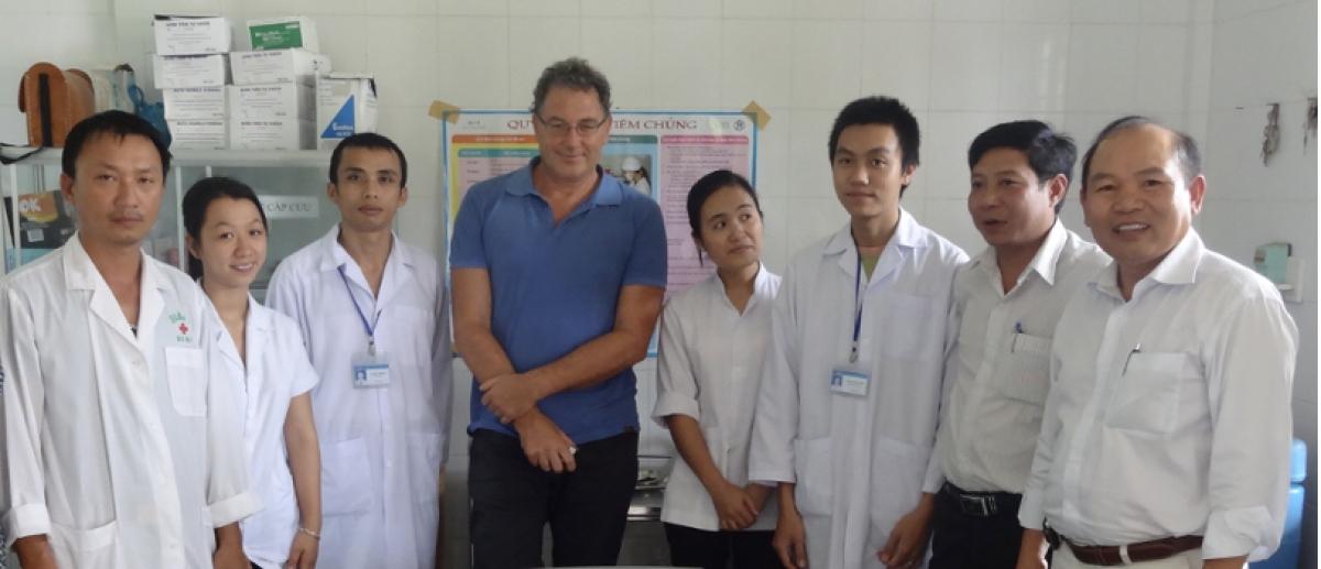 GS Huỳnh Đình Chiến (ngoài cùng bên phải) cùng nhóm nghiên cứu tại Trung tâm y tế huyện Hướng Hóa (Quảng Trị) trong chuyến nghiên cứu khảo sát đầu năm 2019
