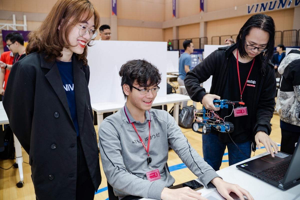 Phan Nhật Huy (giữa) tham gia ngày Ngày hội Kỹ thuật và Khoa học Máy tính 2021 tại Trường Đại học VinUni.