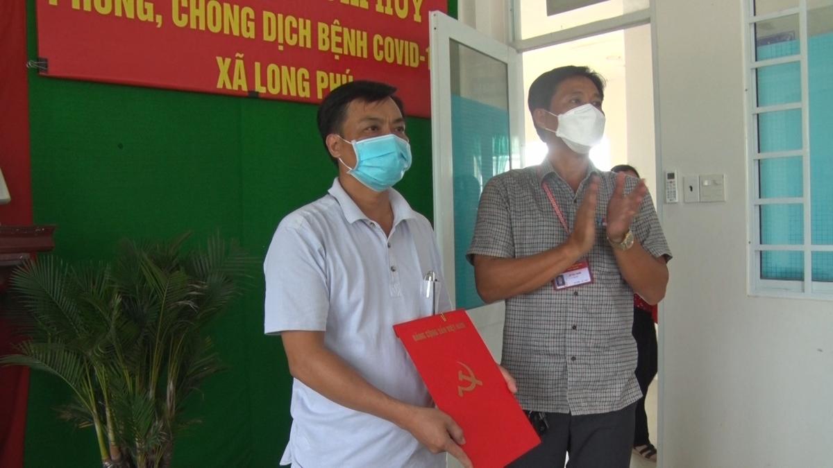 Ông Nguyễn Văn Chì (bên trái)- Trưởng Phòng Lao động- Thương binh và Xã hội thị xã Long Mỹ được chỉ định làm Bí thư Đảng ủy xã Long Phú