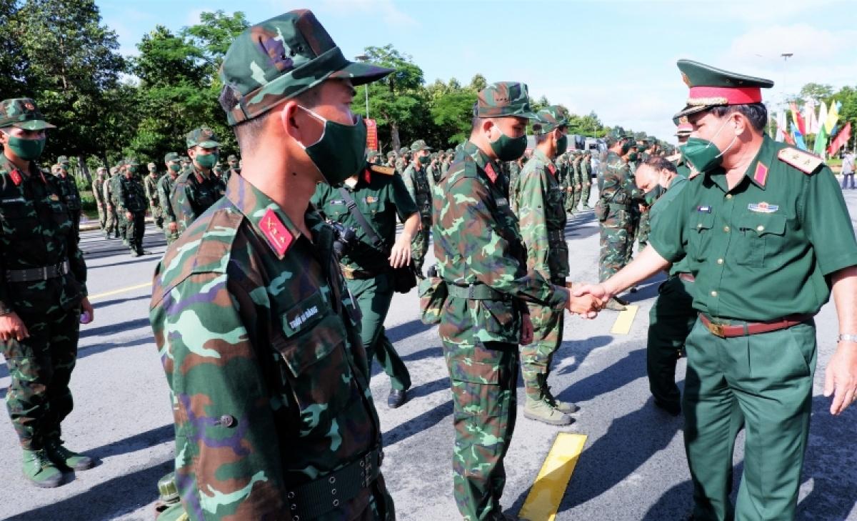 Trung tướng Nguyễn Xuân Dắt, Tư lệnh Quân khu 9 giao quyết tâm cho cán bộ chiến sỹ: Để chiến thắng dịch, đòi hỏi mỗi cán bộ chiến sỹ cần xác định quyết tâm mới, trách nhiệm mới để đầy lùi và chiến tháng dịch bệnh.