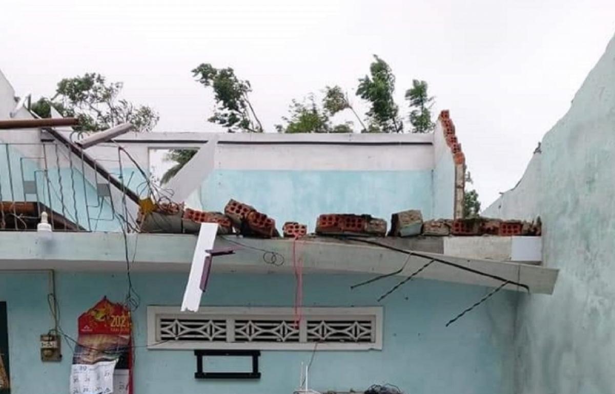 Nhiều nhà dân tại xã Bình Đông, huyện Bình Sơn bị tốc mái do lốc xoáy