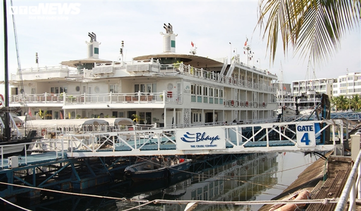 They are forced to dock at Ha Long Bay, with the owners not knowing when the service restarts again.