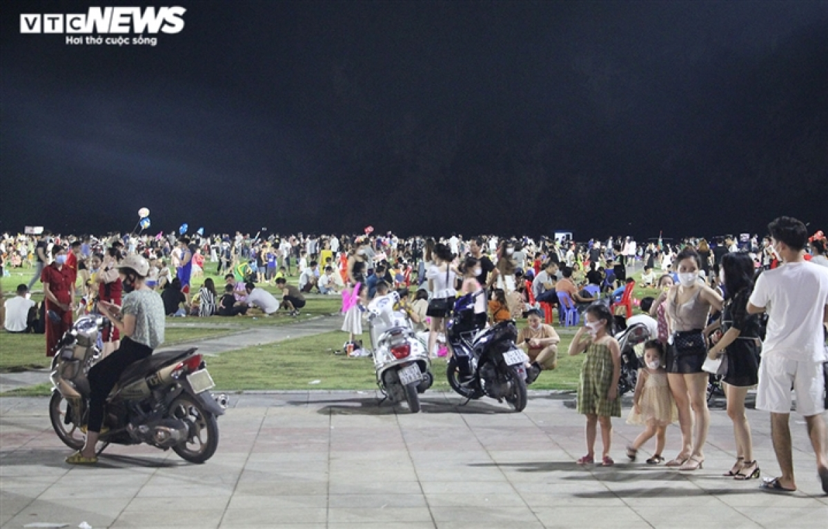 Thousands of people head to Square 30/10 in Ha Long city to watch the moon rise and enjoy lion dances during the Mid-Autumn Festival that falls on September 21.
