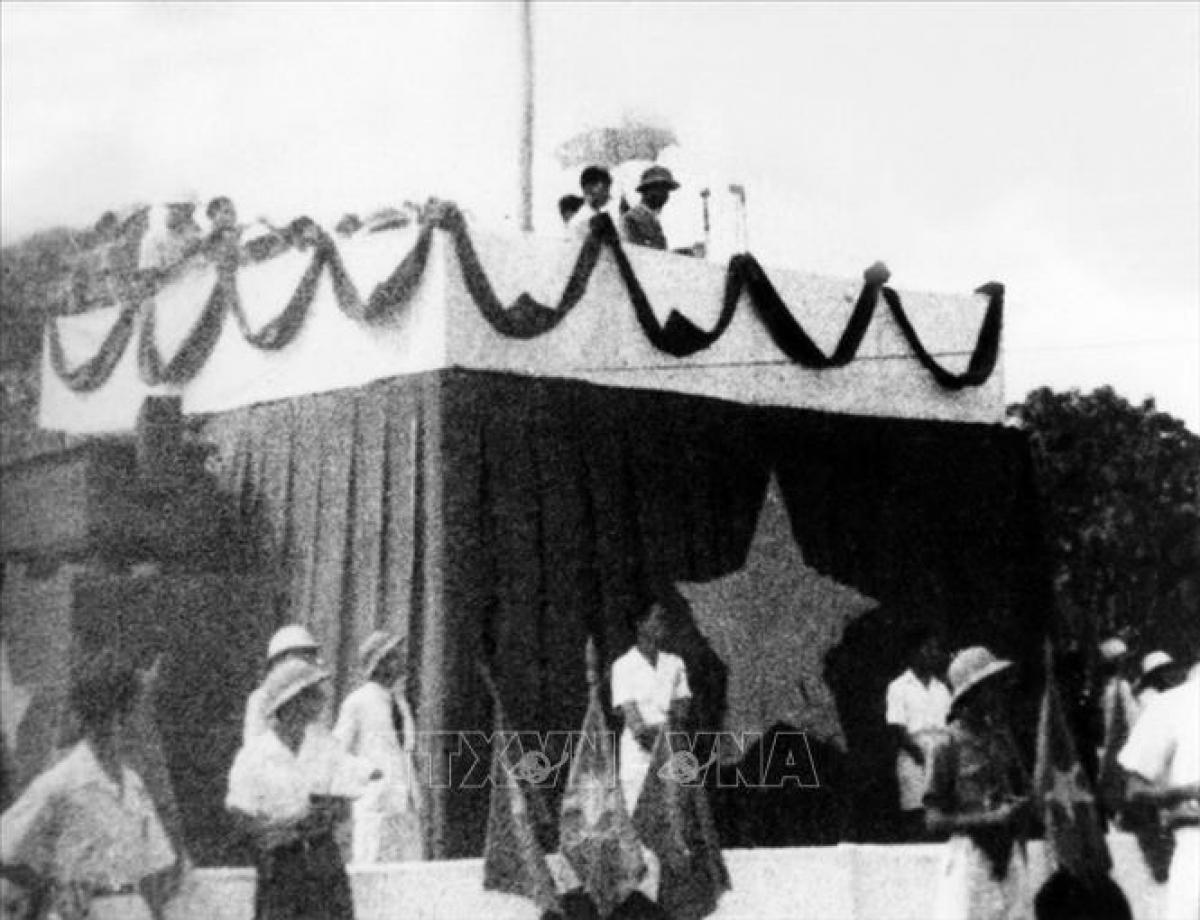 Ngày 2/9/1945, tại Quảng trường Ba Đình, Chủ tịch Hồ Chí Minh đọc Tuyên ngôn độc lập, khai sinh nước Việt Nam Dân chủ Cộng hòa. (ảnh tư liệu TTXVN)