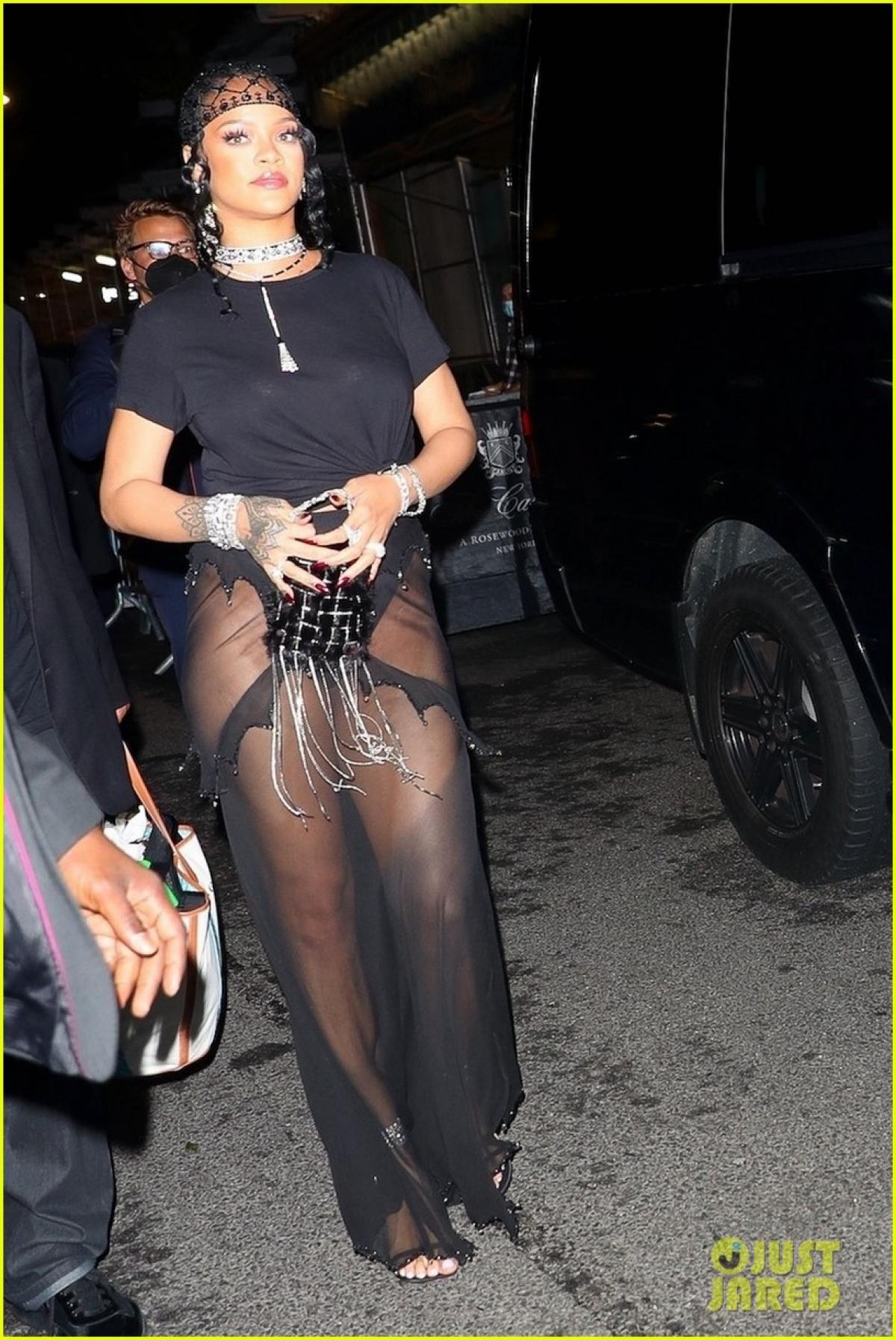 Rihanna gây chú ý khi đi dự tiệc ở New York mới đây.