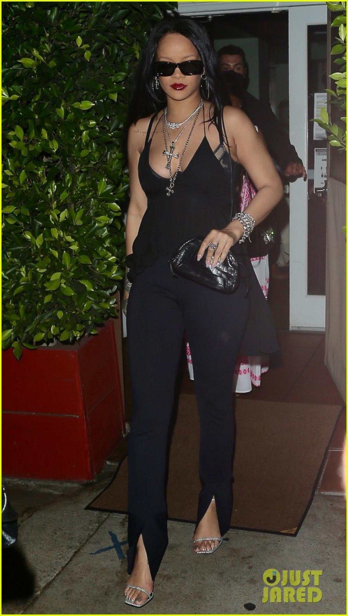 Rihanna thưởng thức bữa tối ấm áp cùng gia đình tại Giorgio Baldi ở Santa Monica, California vừa qua.