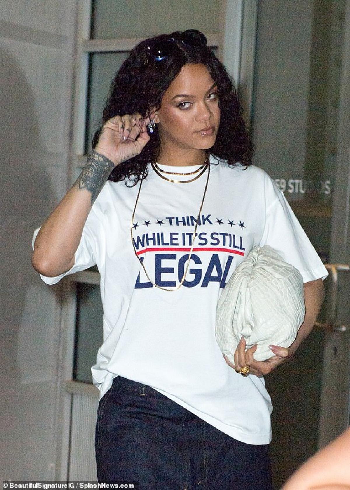Rihanna được nhìn thấy khi đang đến phòng thu âm ở New York lúc tối muộn hôm 25/9.