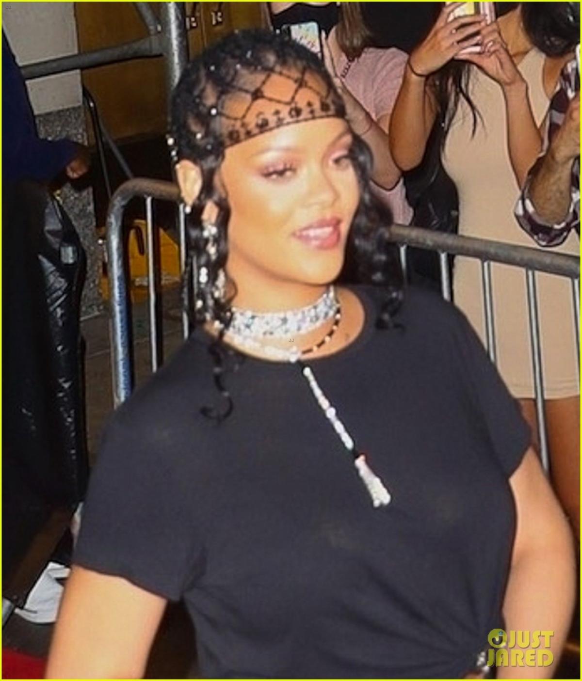 Nữ ca sĩ phối đồ độc lạ với trang phục màu đen gợi cảm và trang sức đắt giá.
