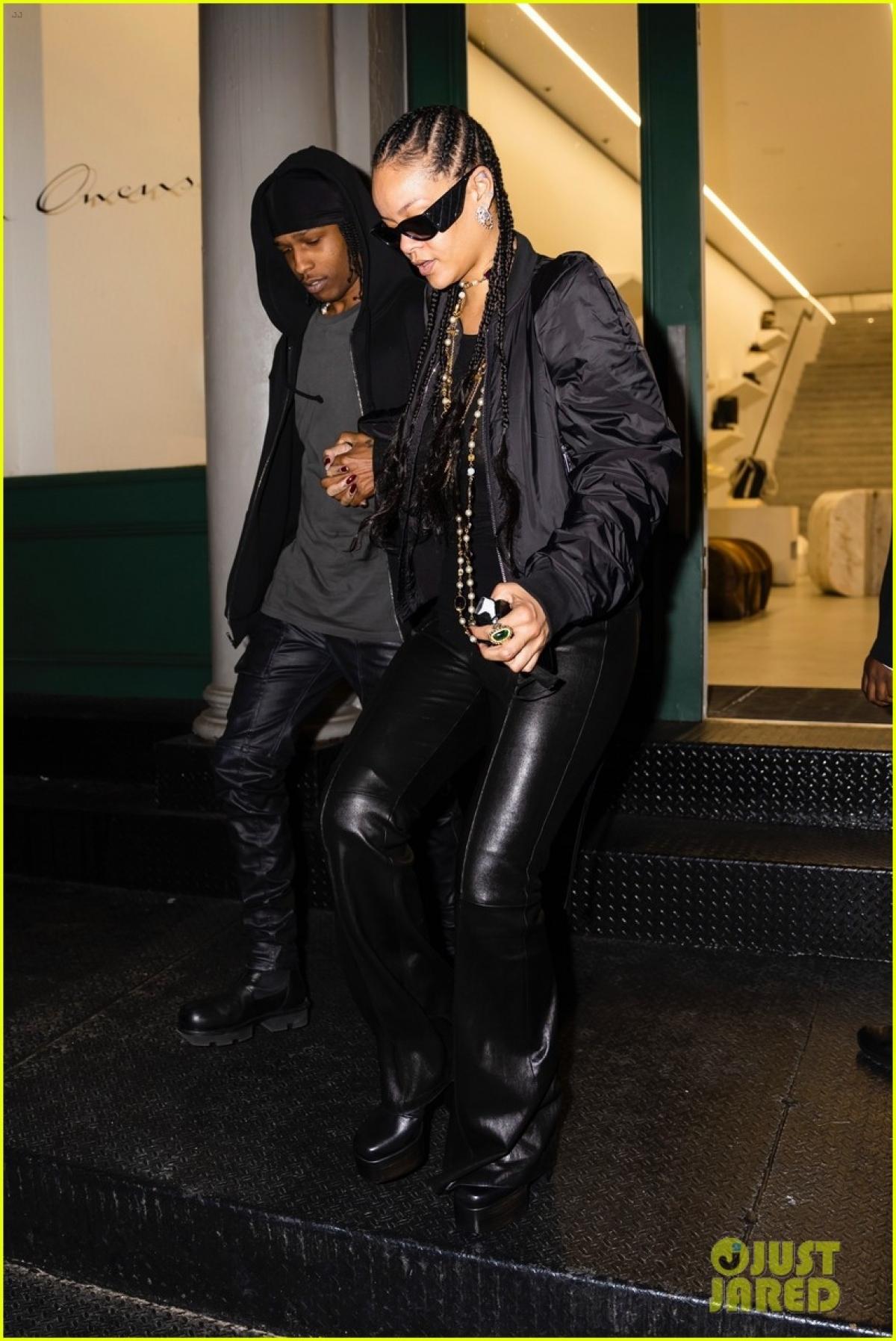 Rihanna đeo trang sức đắt giá, tôn lên vẻ sang chảnh, quyến rũ.