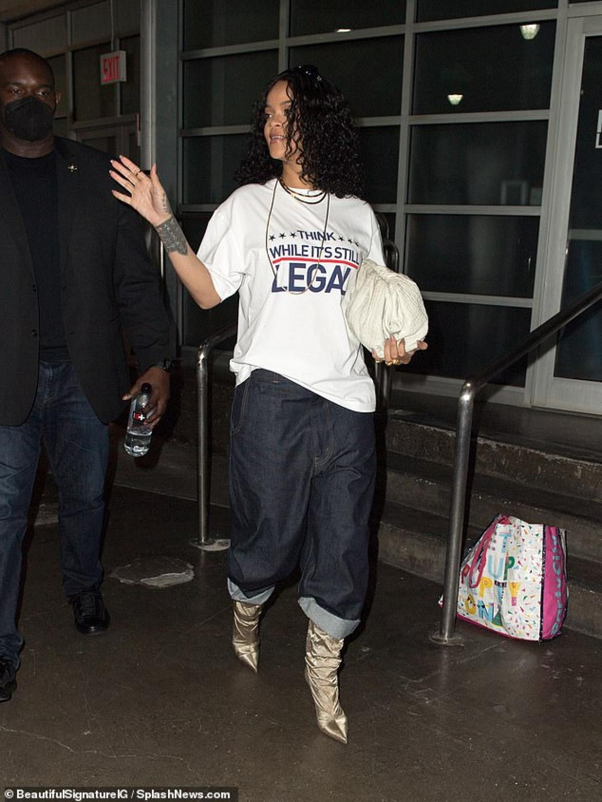 Dù là người nổi tiếng nhưng Rihanna vẫn tự tin để mặt mộc ra phố.
