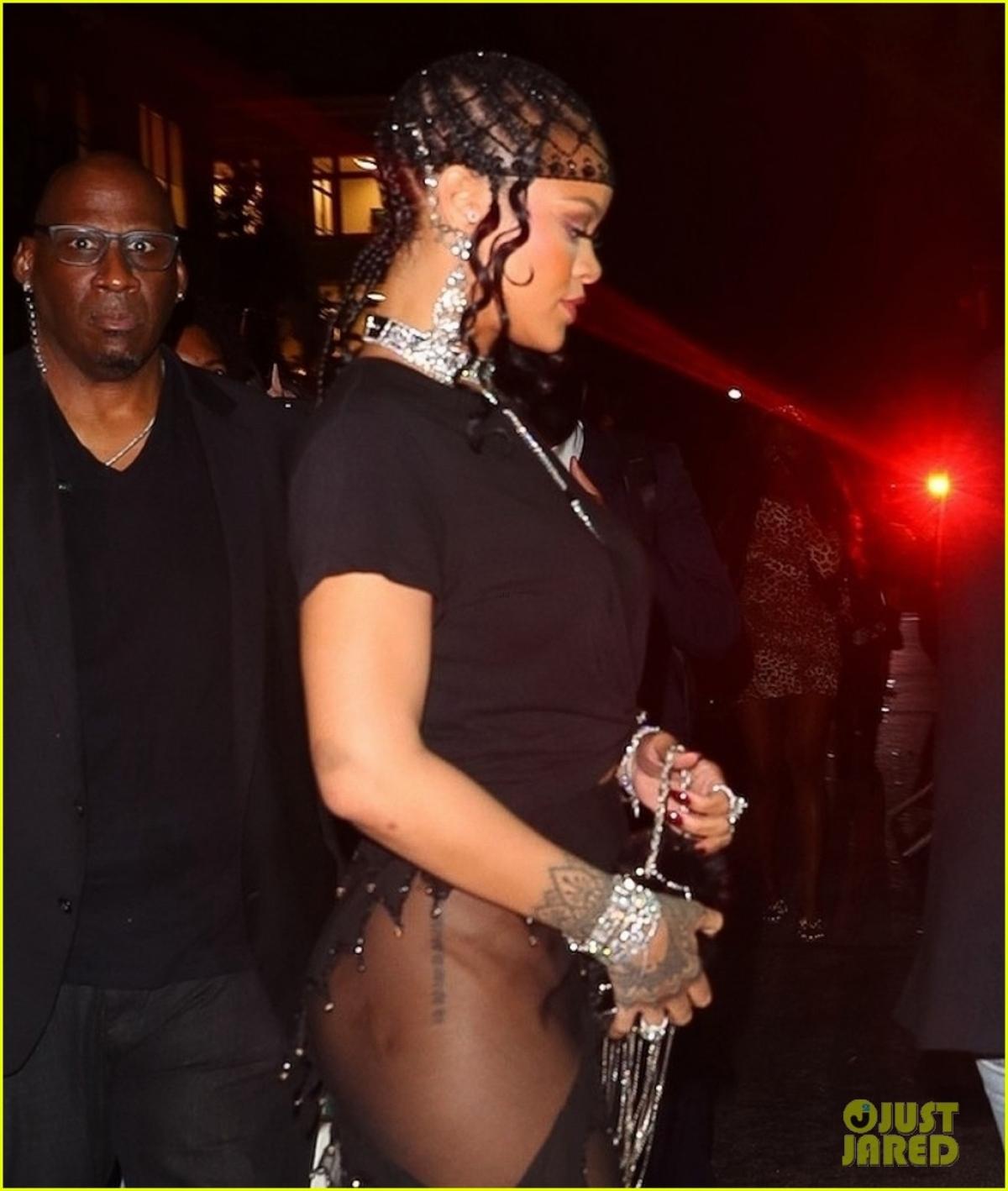 Trước đó, trang Forbes đã đưa ra danh sách top những người giàu có nhất thế giới tính đến 2021. Trong đó, Rihanna được xướng tên là nghệ sĩ giải trí giàu thứ 2 thế giới (sau Oprah Winfrey) và là ca sĩ giàu nhất thế giới.