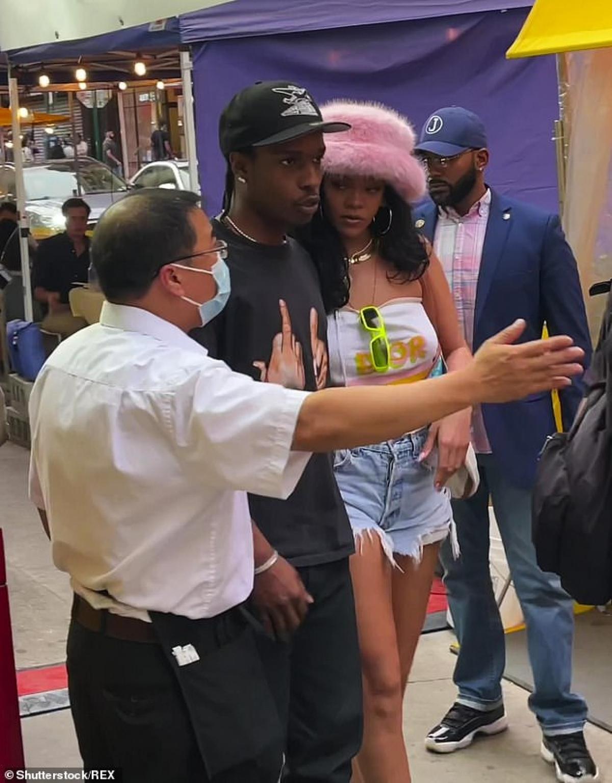 """Fenty Beauty do Rihanna thành lập vào năm 2017, kết hợp cùng với tập đoàn Pháp LVHM. Hãng mỹ phẩm với phương châm """"làm hài lòng phụ nữ khắp nơi trên thế giới"""" này đã nhanh chóng nổi tiếng và gây dựng một """"đế chế làm đẹp"""" riêng cho Rihanna. Sự thành công của Fenty Beauty đến từ sự khác biệt. Không chạy theo trào lưu với những màu sắc cơ bản, Rihanna nhắm vào những màu sắc độc lạ, thể hiện cá tính của mỗi người phụ nữ./."""