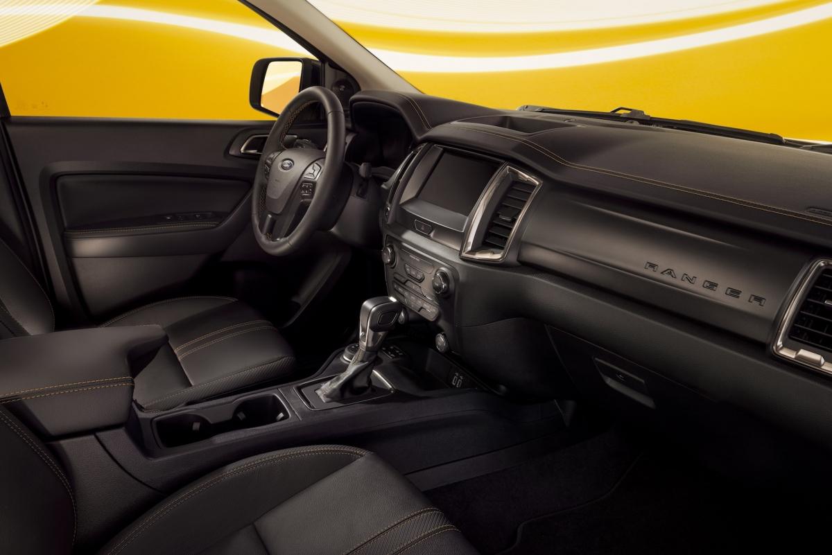 Không chỉ ở bên ngoài mà bên trong cabin của mẫuFord Ranger Splash 2022còn được tạo những điểm nhấn với đường chỉ may màu cam nổi bật trên nền nội thất đen.