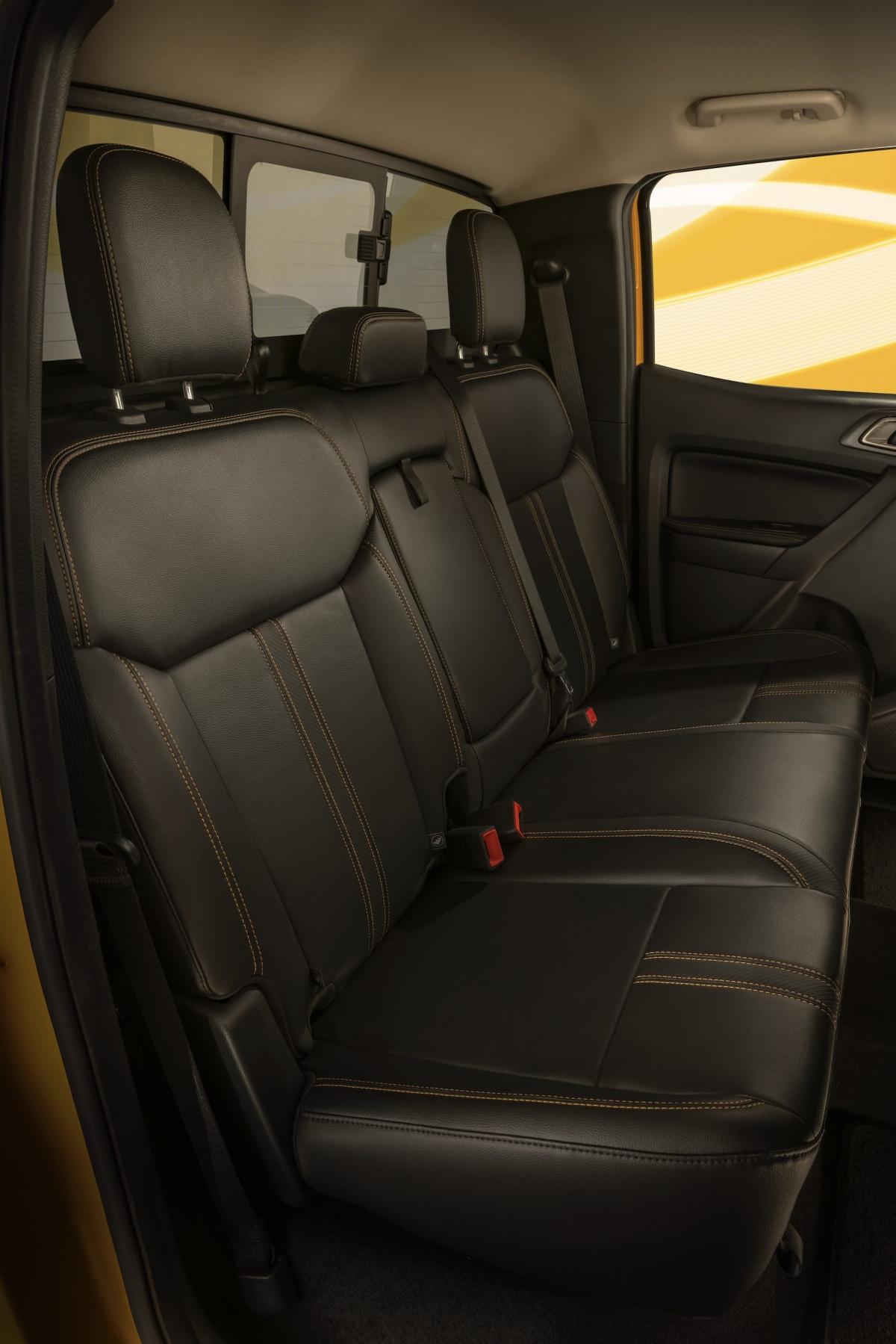 Trên phiên bản Lariat khách hàng còn có thêm ghế dọc da cùng những đường sọc vân carbon.