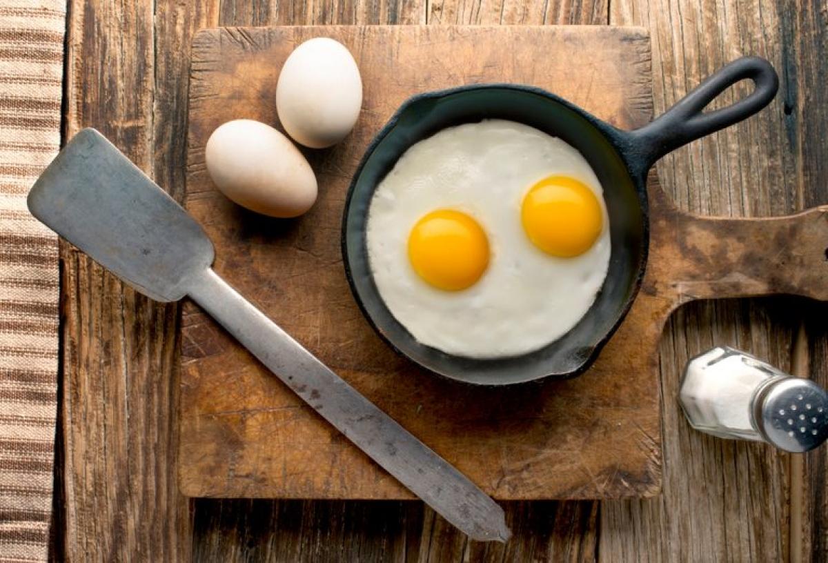 Trứng: Trứng luôn luôn chứa khuẩn Salmonella gây bệnh về đường ruột. Một số phương pháp chế biến trứng đòi hỏi sử dụng nhiệt độ vừa phải trong thời gian ngắn, điều này khiến vi khuẩn vẫn có thể tồn tại trong trứng. Khi bạn để trứng đã nấu ở nhiệt độ phòng trong thời gian dài, các vi khuẩn này sẽ nhân lên đến mức độ nguy hiểm.