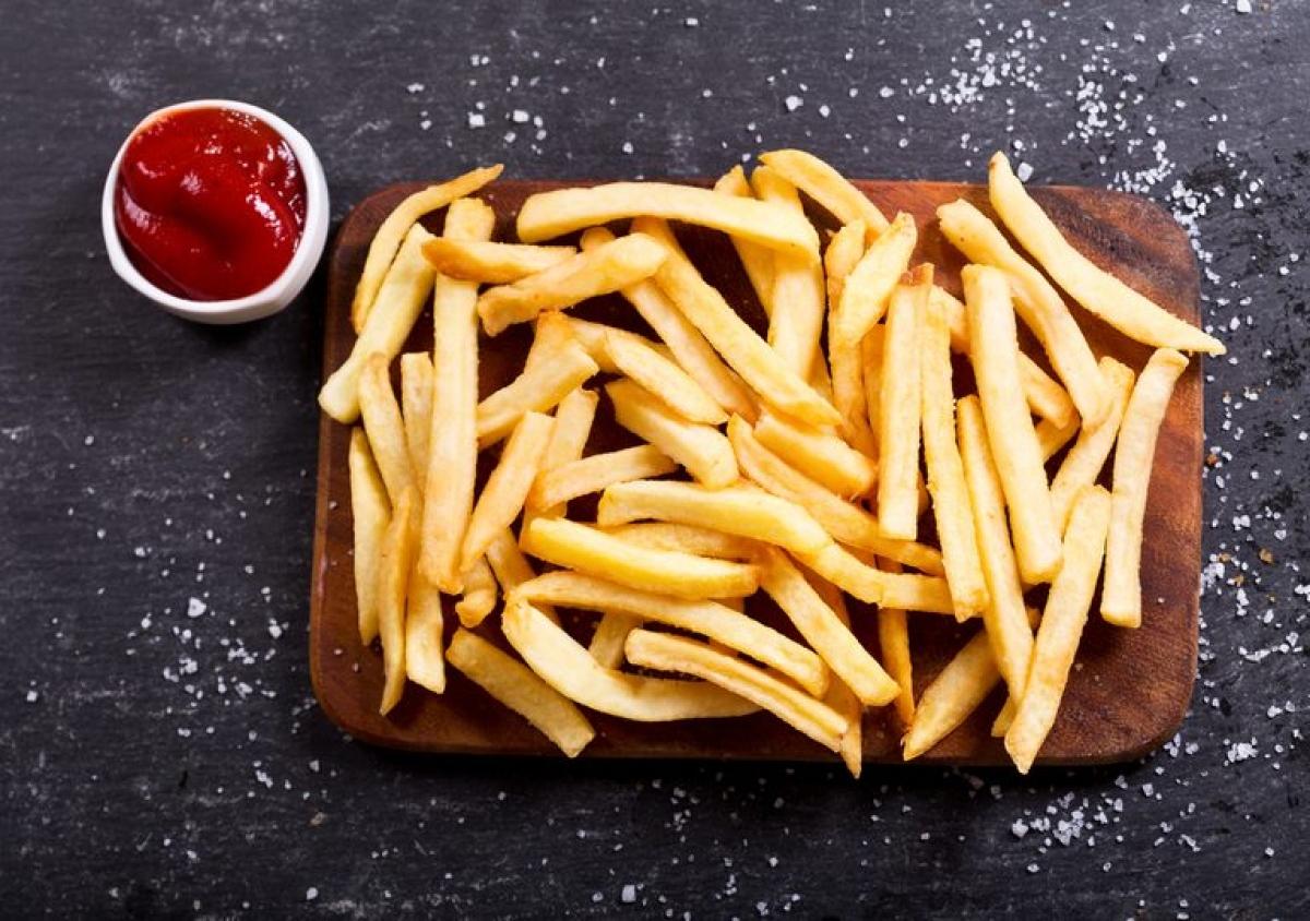 Thực phẩm nhiều dầu mỡ: Một nguyên nhân khác để tránh làm nóng lại nhiều lần các món nhiều dầu mỡ là vì việc này có thể khiến dầu sản sinh ra các khí độc hại cho sức khỏe con người, đặc biệt là khi làm nóng lại thức ăn bằng lò vi sóng.