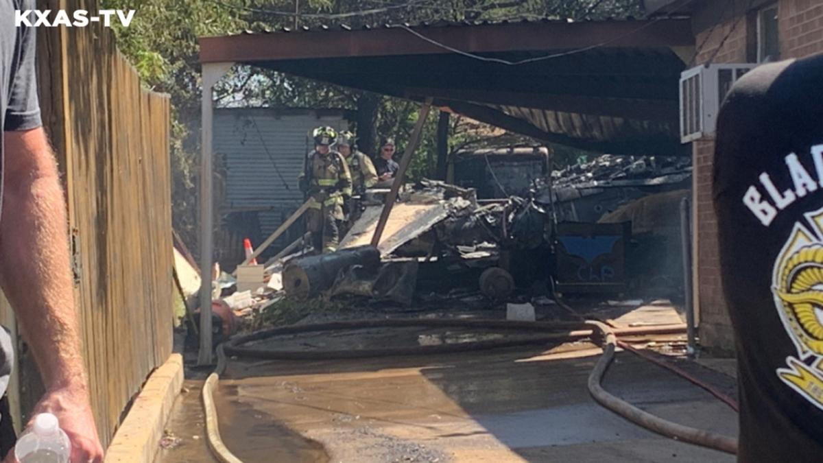 Máy bay quân sự rơi xuống nhà dân khiến 5 người bị thương. Ảnh: ABC 7
