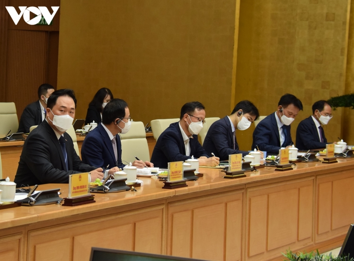 RoK ambassador to Vietnam Park Noh Wan (first from left) and CEOs of RoK companies operating in Vietnam attend the meeting, raising questions relating to Vietnam's COVID-19 prevention and control measures.