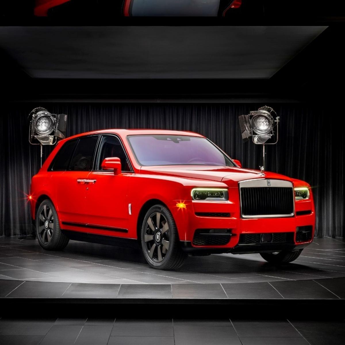 Rolls-Royce Cullinan: Tại Việt Nam, Rolls-Royce Cullinan là một mẫu SUV siêu sang khá được ưa chuộng khi đã có hơn chục chiếc được đưa về nước. Xe có giá bán chính hãng từ 32 tỷ đồng và giá bán nhập ngoài của xe ở mức trên 40 tỷ đồng.