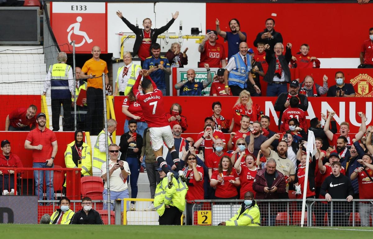 Sân Old Trafford vỡ oà cảm xúc khi CR7 trình diễn màn ăn mừng.
