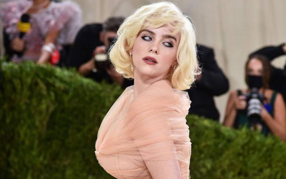 Billie Eilish tái hiện mái tóc bob bạch kim đặc trưng của Marilyn Monroe.