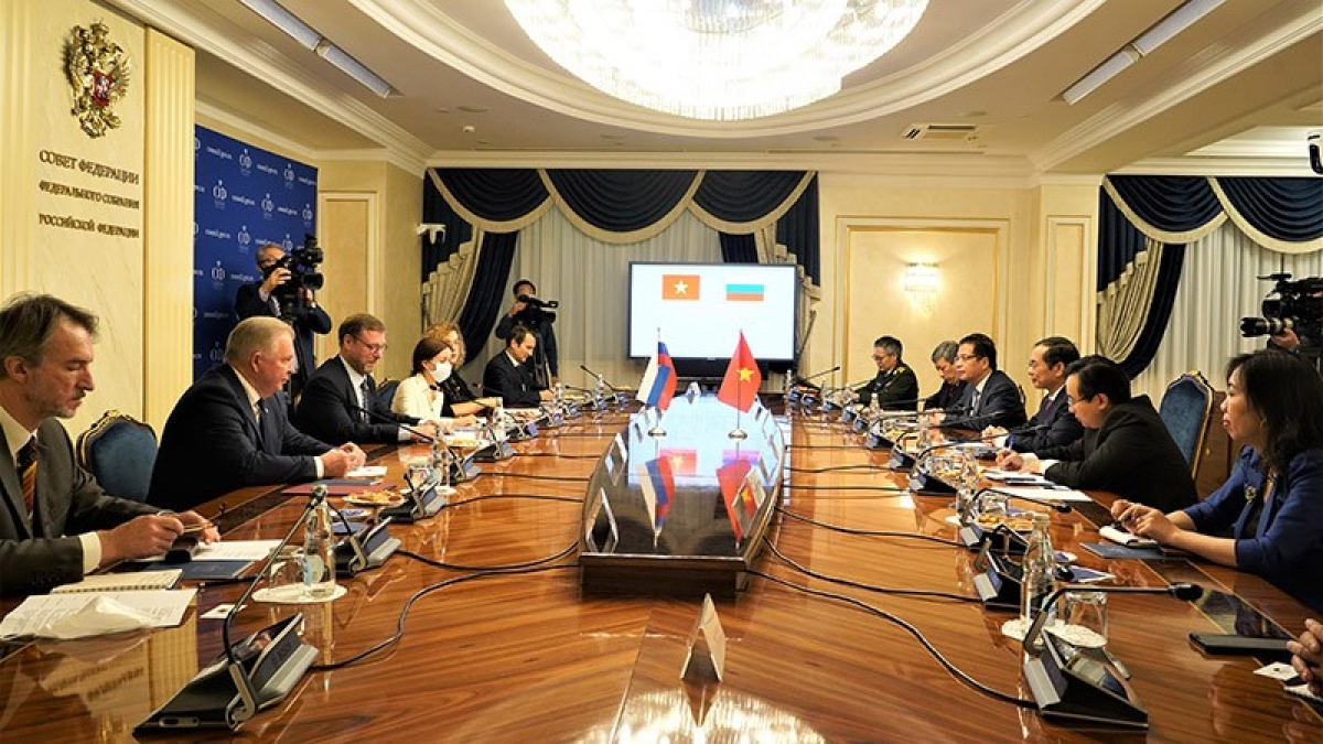 Deputy Speaker of the Federation Council of Russia Konstantin Kosachev holds a working session with Foreign Minister Bui Thanh Son of Vietnam in Moscow. (Photo: Ministry of Foreign Affairs)