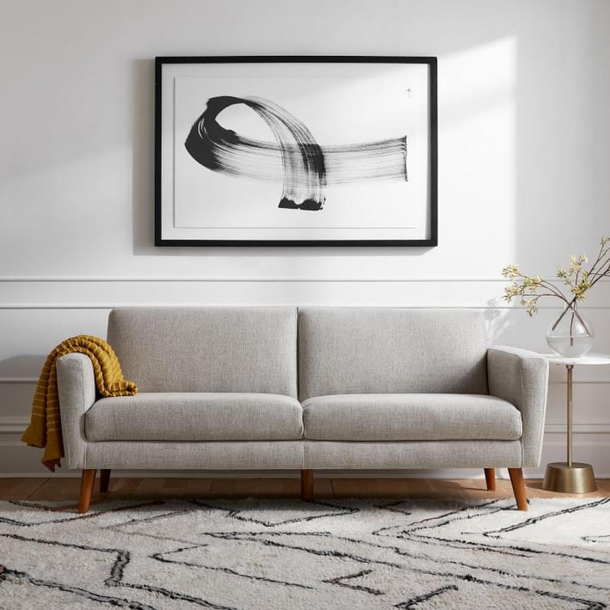 Kích thước sofa là điều quan trọng nhất khi chọn mua nếu bạn có không gian hẹp. Nên chọn loại sofa có chân, vừa dễ vệ sinh lại tạo cảm giác thoáng đãng hơn.