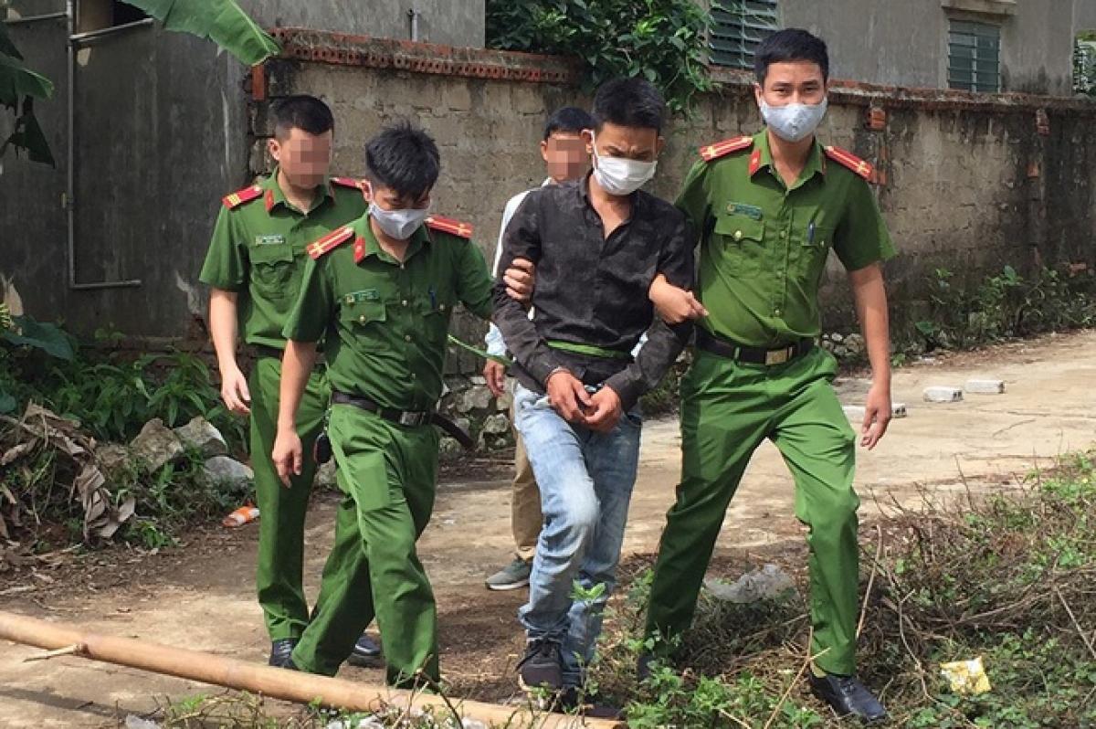 Cơ quan cảnh sát điều tra dẫn giải Nguyễn Đức Thủy thực nghiệm hiện trường vụ án mạng (Ảnh: N.H).